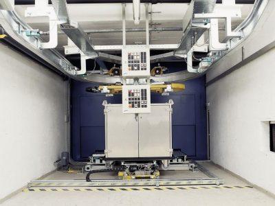 Fußpunkt, Übergabe der Container von Elektrohängebahn auf Bodenförderer