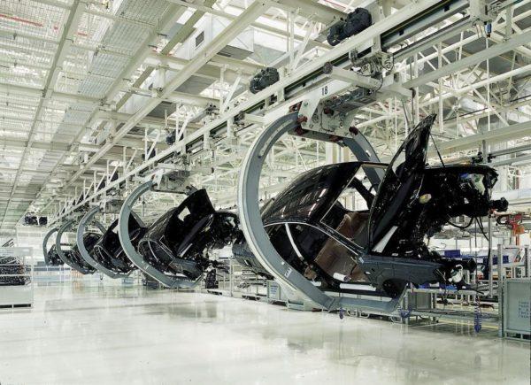 Schwerlast-Elektrohängebahn mit Omega-Gehänge für die Montage von Karossen
