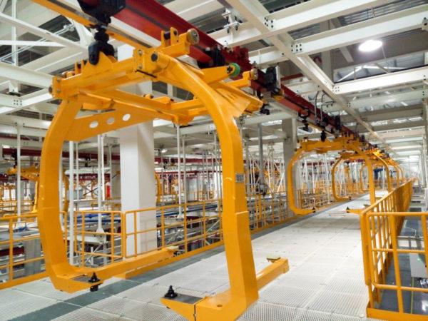 Elektrohängebahn mit Heavy Friction Drive System für den Transport von Karossen