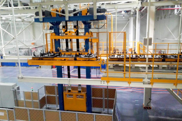 Roller-rail conveyor for skids with lifting station