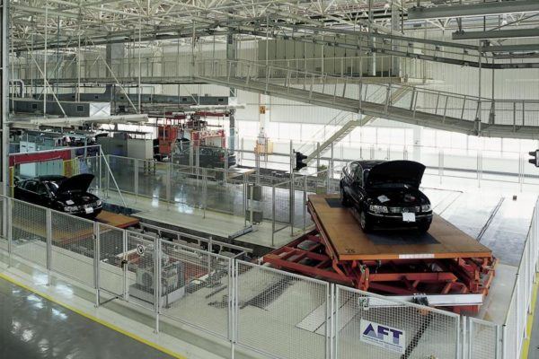 Crossover transfer of push-skid conveyor system used in final assembly line