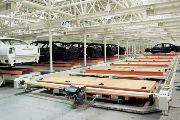 Roller-rail conveyor for skids used as buffering space for vehicle bodies