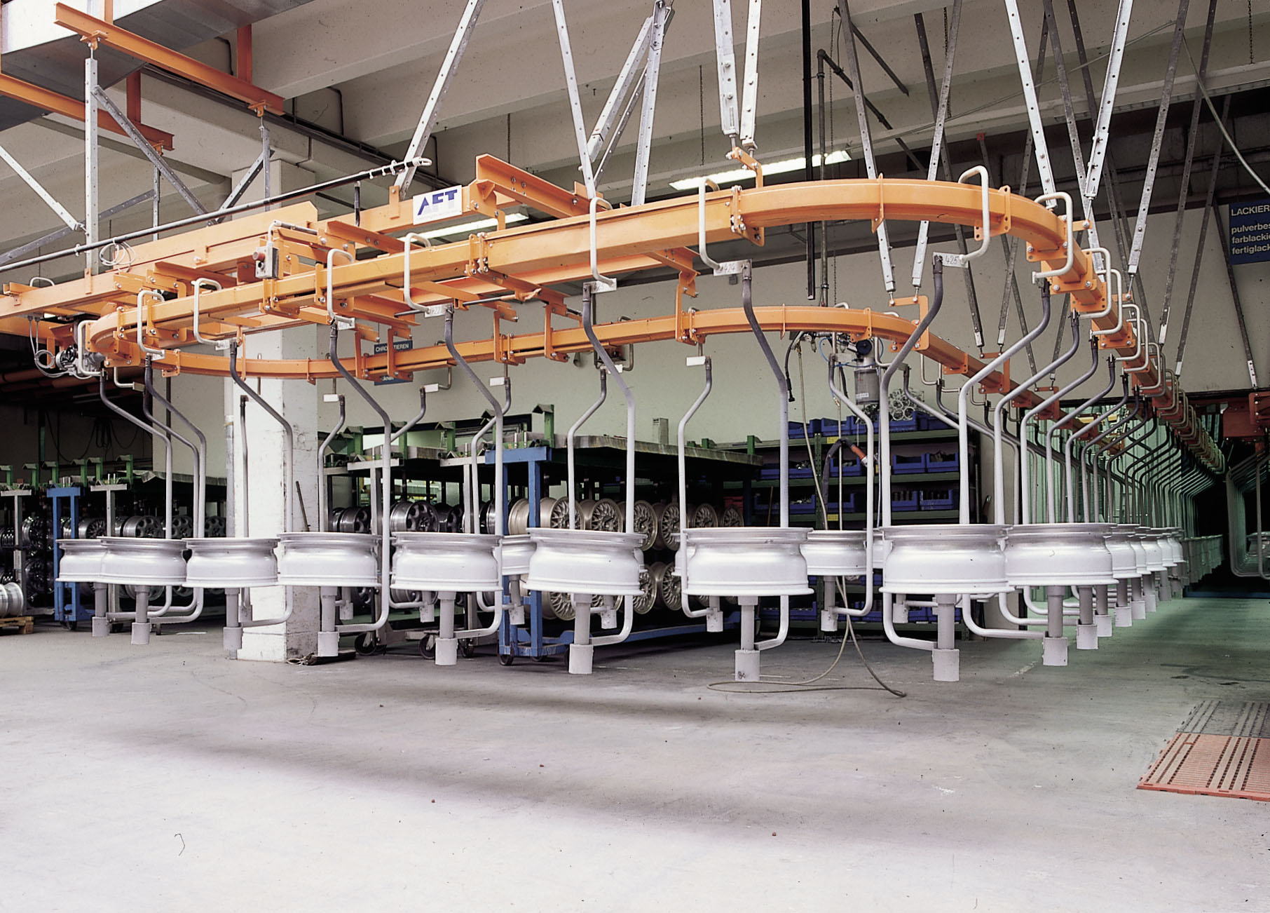 Circular conveyor system for transport of wheel rims