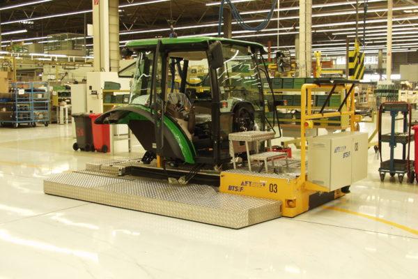 Bodentransportsystem BTSif in der Montage von Traktoren