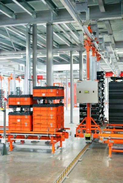 Übergabestation einer Elektrohängebahn in der Logistik