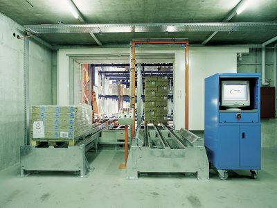 Storage and retrieval zone of a high bay warehouse